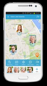 Biały telefon komórkowy, na którym widać screen z usługi Gdzie Jest Dziecko z mapą, na której zaznaczone są lokalizacje trzech osób - dziecka, mężczyzny i starszej kobiety