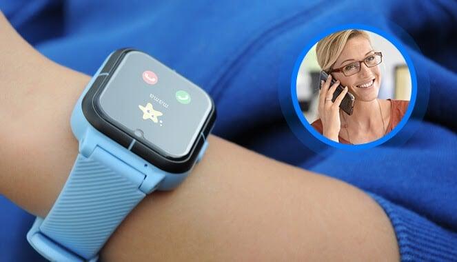 Niebieski zegarek dziecięcy GJD.11 na nadgarstku chłopca w podwiniętej niebieskiej bluzie, wykonujący połączenie do mamy oraz miniatura zdjęcia kobiety w jasnych włosach i okularach rozmawiającej przez telefon komórkowy