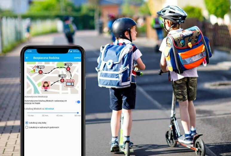 Lokalizacja dziecka ze smartwatchem GJD.06, czyli dwóch chłopców w wieku szkolnym z plecakami i kaskami na głowach jadą po ścieżce rowerowej oraz widok telefonu komórkowego z ustawieniami lokalizacji w aplikacji Bezpieczna Rodzina