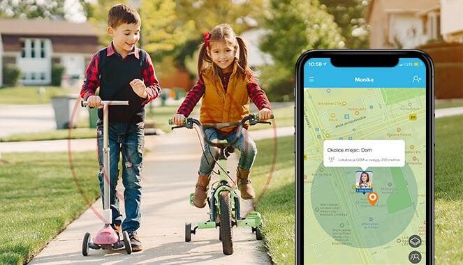 Dokładna lokalizacja gdzie jest dziecko, czyli chłopiec ubrany w jeansy, koszulę w kratę i granatową kamizelkę jedzie na hulajnodze i patrzy w bok na młodszą dziewczynkę z długimi dwoma kucykami, ubraną w musztardową kamizelkę, koszulę w czerwoną kratę i jeansu, jadącą na zielonym rowerku oraz widok dokładnej lokalizacji na telefonie komórkowym w aplikacji od Bezpiecznej Rodziny
