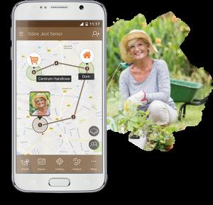 Zdjęcie telefonu komórkowego ze screenem z aplikacji, na której widoczna jest mapa z zaznaczoną lokalizacją starszej kobiety oraz widok seniorki ubranej w słomkowy kapelusz, szarą bluzkę i jasne spodnie, kucającej przy roślinach w ogródku