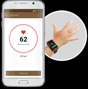 Zdjęcie telefonu komórkowego ze screenem z aplikacji i pomiarem tętna oraz widok dłoni seniora z założonym na nadgarstku zegarkiem GPS