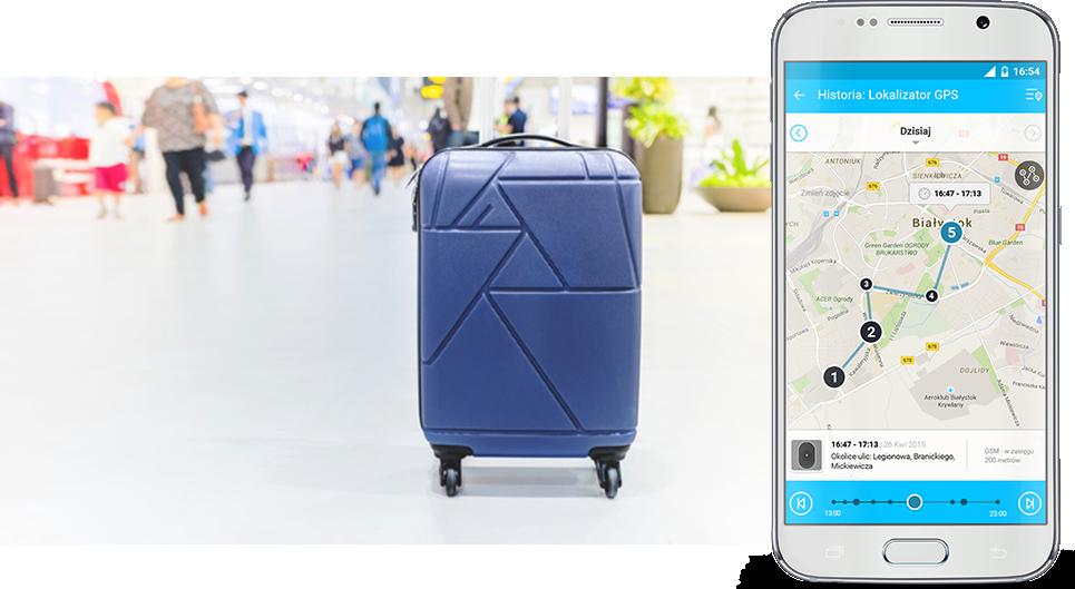 Bagaż podczas podróży z lokalizatorem GPS, czyli niebieska walizka stojąca na kółkach na dużej hali z ludźmi oraz widok białego telefonu komórkowego z widokiem z aplikacji od Bezpiecznej Rodziny z mapą, na której zaznaczone są punkty z historii lokalizacji nadajnika GPS